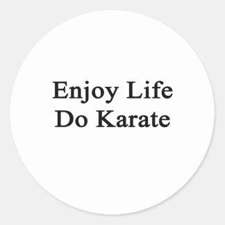 Disfrute de la vida hacen karate pegatina redonda