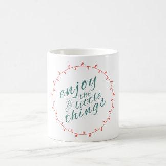 Disfrute de las pequeñas cosas en vida motivan taza