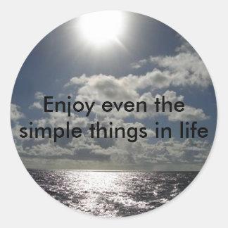 Disfrute incluso de las cosas simples en vida pegatina redonda