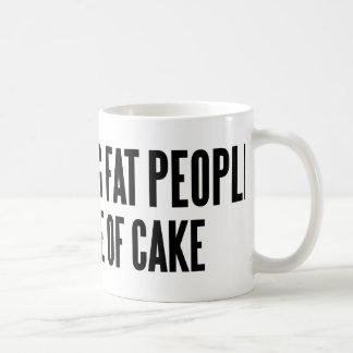 Distracción de gente gorda taza