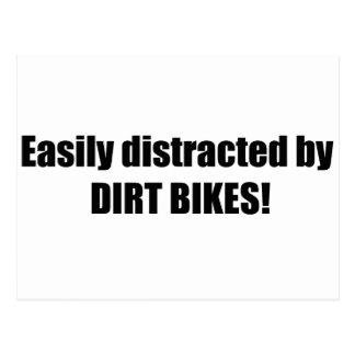 Distraído fácilmente por las bicis de la suciedad tarjeta postal