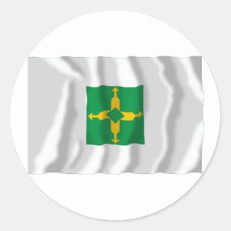 Distrito federal, bandera que agita del Brasil Pegatina Redonda
