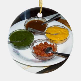 Diversas especias indias en cuencos adorno navideño redondo de cerámica