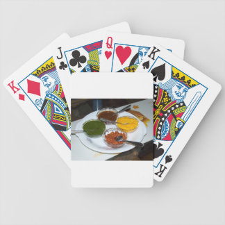 Diversas especias indias en cuencos cartas de juego