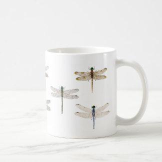 Diversas libélulas en una taza. taza básica blanca