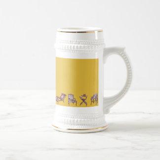 Diversas sillas en mostaza jarra de cerveza
