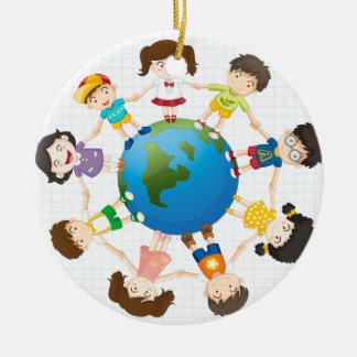 Diversidad global adorno navideño redondo de cerámica