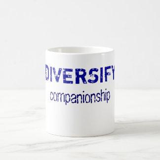 Diversifique el compañerismo (la taza) taza