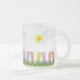 Diversión colorida de los flips-flopes del verano  taza de café