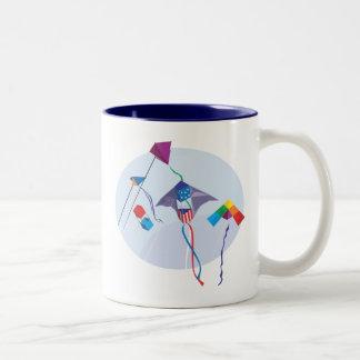 Diversión con las cometas taza de café de dos colores