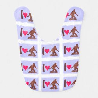 Diversión de Bigfoot del corazón de Bigfoot Baberos De Bebé