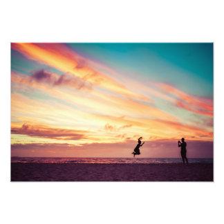 Diversión de la playa de la puesta del sol impresion fotografica
