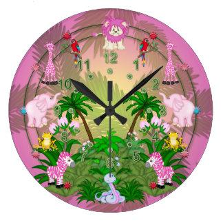 Diversión de la selva en las hojas rosadas reloj redondo grande