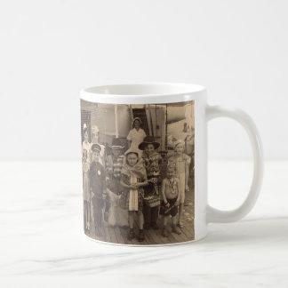 diversión del fiesta del traje del a bordo de 1935 taza de café
