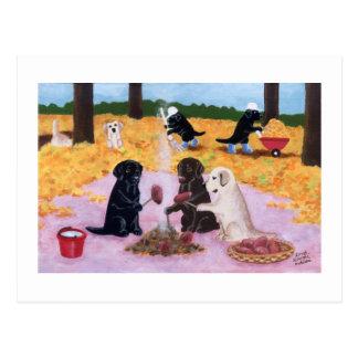 Diversión del otoño de Labradors Tarjetas Postales