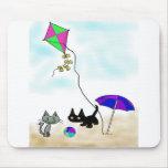 Diversión del verano de los gatos en la playa alfombrilla de ratón
