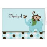 Diversión en la tarjeta azul del elefante del mono