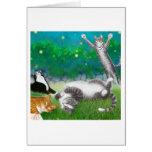 Diversión felina con la tarjeta de las luciérnagas