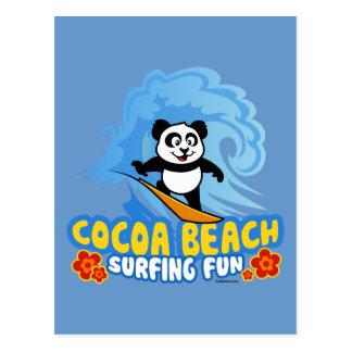 Diversión que practica surf de la playa del cacao postales