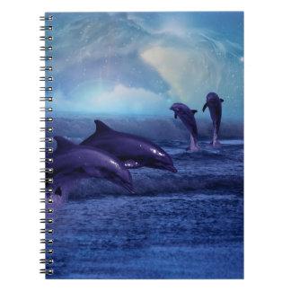 Diversión y juego de los delfínes cuadernos