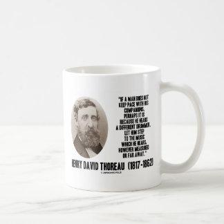 Diverso paso del batería de Thoreau a la música Taza Básica Blanca