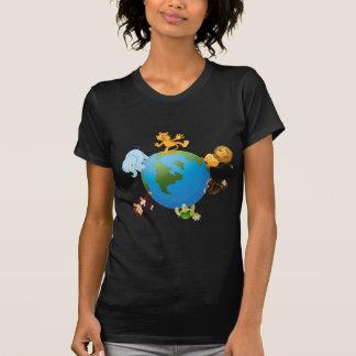 diversos animales en el globo de la tierra camisetas
