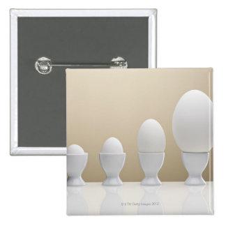 Diversos huevos en hueveras pin cuadrada 5 cm