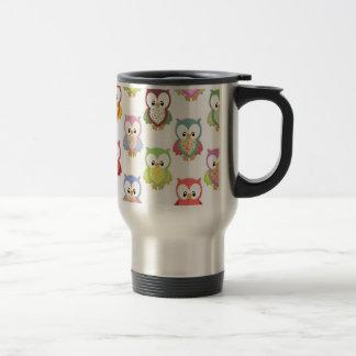 Diversos modelos del pecho de los búhos coloridos  taza de café