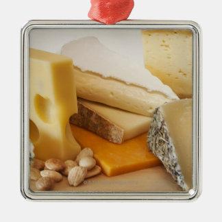Diversos quesos en la tajadera adorno navideño cuadrado de metal