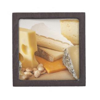 Diversos quesos en la tajadera cajas de joyas de calidad