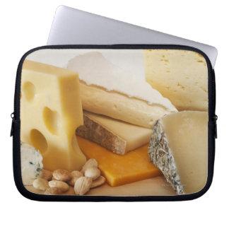 Diversos quesos en la tajadera fundas ordendadores