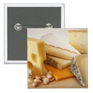 Diversos quesos en la tajadera pin cuadrada 5 cm