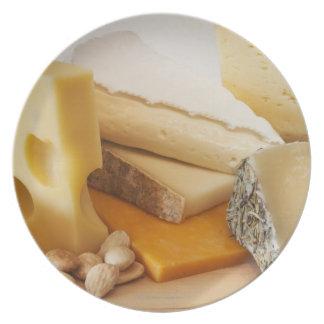 Diversos quesos en la tajadera plato de comida