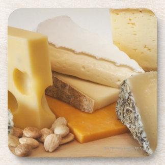 Diversos quesos en la tajadera posavasos de bebida