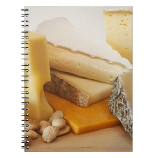 Diversos quesos en la tajadera spiral notebook
