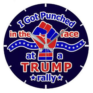 Divertido anti de Donald Trump perforado en cara Reloj Redondo Grande