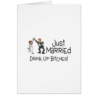 Divertido apenas casado casando la tostada felicitacion