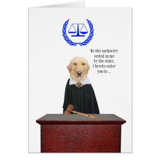 Divertido aquí viene el cumpleaños del perro del tarjeta de felicitación