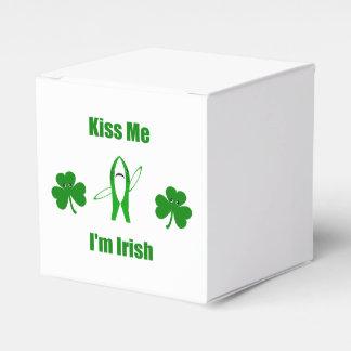 """Divertido """"béseme que soy irlandés"""" - tiburón y caja para regalos de fiestas"""