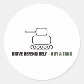 Divertido - conduzca defensivo la compra un tanque pegatina redonda