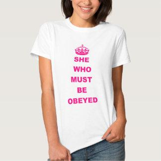 Divertido ella que debe ser texto obedecido camisas