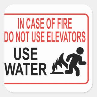 Divertido en caso del fuego pegatina cuadrada