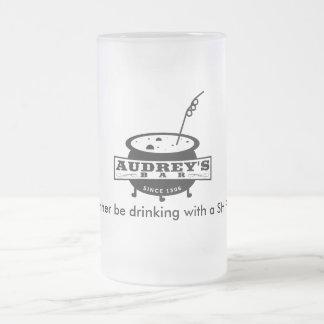 """Divertido """"estaría bebiendo bastante con un taza de cristal"""