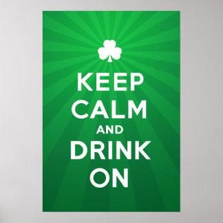 Divertido guarde la calma y beba en el poster de S