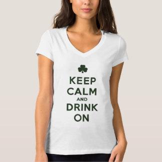 Divertido guarde la calma y beba en la camisa de