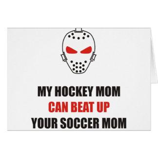 Divertido - mi mamá del hockey puede batir para tarjeta de felicitación