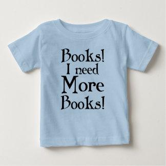 Divertido necesito más camiseta de los libros playera para bebé