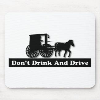 Divertido no beba y no conduzca alfombrillas de raton