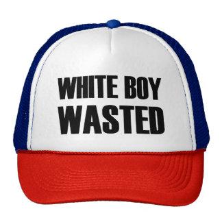 Divertido perdida muchacho blanco gorro de camionero