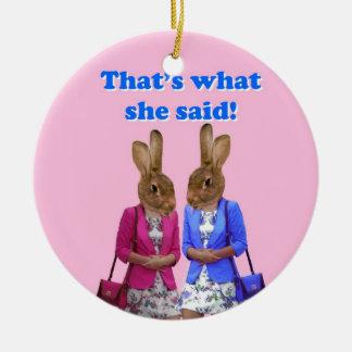 Divertido que es lo que ella dijo el texto adorno navideño redondo de cerámica